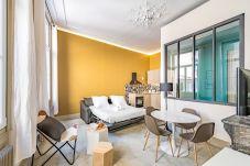 Grand salon chaleureux avec un canapé lit