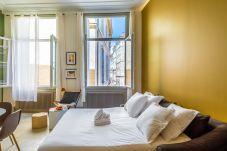 Salon très lumineux avec un canapé lit